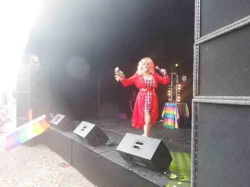 VIDEO: 'Dolly Parton' wows the crowd at Channel Islands Pride Week